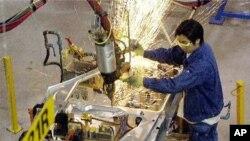 Pekerja di pabrik General Motors di Shanghai.