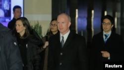 美国副贸易代表杰弗里·格里什(中)2019年1月7日离开北京一家酒店前往会场的情景(路透社)