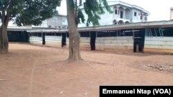 Un établissement scolaire privé fermé pour site et locaux dangereux et non réglementaires à Yaoundé, Cameroun, 17 août 2017. (VOA/Emmanuel Ntap).
