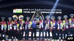 Tim China merayakan kemenangan atas tim Jepang dan menjuarai turnamen bulu tangkis Piala Sudirman 2019, di Kota Nanning, Wilayah Guangxi, China, 26 Mei 2019. (Foto: AF)
