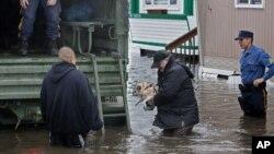 На одной из улиц города Мунаки в штате Нью-Джерси после урагана «Сэнди». 30 октября 2012 г.