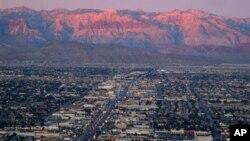 Wilayah sub urban Las Vegas dilihat dari puncak menara Stratosphere ke arah barat Spring Mountains ke Sahara Avenue (Foto: dok).