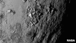 NASA merilis gambar Pluto yang diambil pesawat nirawak New Horizons pada penerbangannya melintasi Pluto, Selasa (14/7).