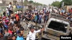 伊拉克首都星期四發生汽車炸彈爆炸後,居民聚集現場。