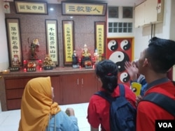 Peserta tur mengunjungi vihara Sinar Mulia dari jemaat Tao di Jl. Cibadak, Bandung. (VOA/Rio Tuasikal)