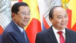 Thủ tướng Campuchia Hun Sen (trái) và Thủ tướng Việt Nam Nguyễn Xuân Phúc tại Văn phòng Chính phủ ở Hà Nội, 20/12/2016.