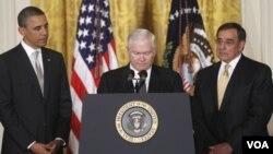 El presidente con el secretario de Defensa, Robert Gates, y su sucesor, Leon Panetta.