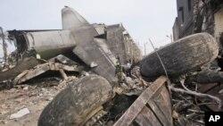 Para petugas mencari korban di lokasi jatuhnya pesawat Hercules milik Angkatan Udara di Medan (1/7). (AP/Binsar Bakkara)
