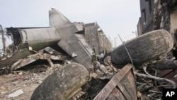 Petugas mencari korban jatuhnya pesawat Hercules di Medan, Sumatra Utara (1/7).