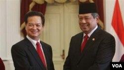 Presiden Susilo Bambang Yudhoyono berjabat tangan dengan PM Vietnam, Nguyen Tan Dung sebelum pertemuan di Istana Merdeka, Jakarta (14/9).