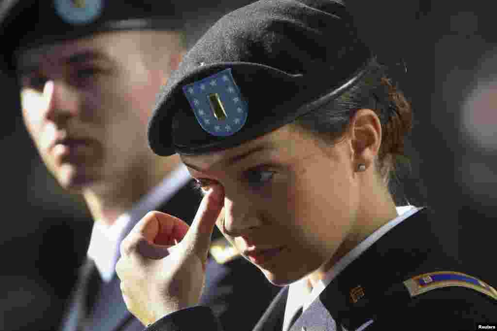 La segundo teniente de la Armada de Estados Unidos, Michelle Mudge, se seca las lágrimas durante la ceremonia de conmemoración de los atentados.
