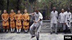 一名非洲學生在河南登封少林寺練習少林武術(2013年9月)
