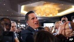 Mitt Romney menyalami para pendukungnya dalam sebuah kampanye di Boston (foto: dok). Romney mulai mengejar ketinggalan dari Obama dalam jajak pendapat terakhir.