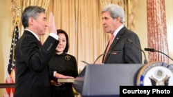 Sung Kim, left, is sworn in as the new ambassador to the Philippines by U.S. Secretary of State John Kerry in Washington, D.C., Nov. 3, 2016. (Photo courtesy of EAP Bureau)
