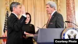 11月3日上午美國國務卿克里在美國國務院為新任駐菲律賓大使金聖鎔主持了的宣誓就職儀式。