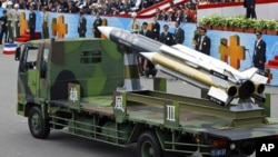 Misil Hsiung Feng III dipamerkan dalam parade di Taipei, Taiwan (foto: dok). Dua tentara Taiwan didakwa akibat keliru menembakkan misil Hsiung Feng III tersebut.