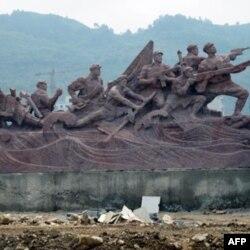 反映红军强渡乌江的雕塑