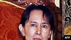 Bà Aung San Suu Kyi chỉ ở trong bệnh viện chưa tới một tiếng đồng hồ, sau đó bà trở về lại căn nhà ven hồ, nơi bà đang bị quản thúc tại gia