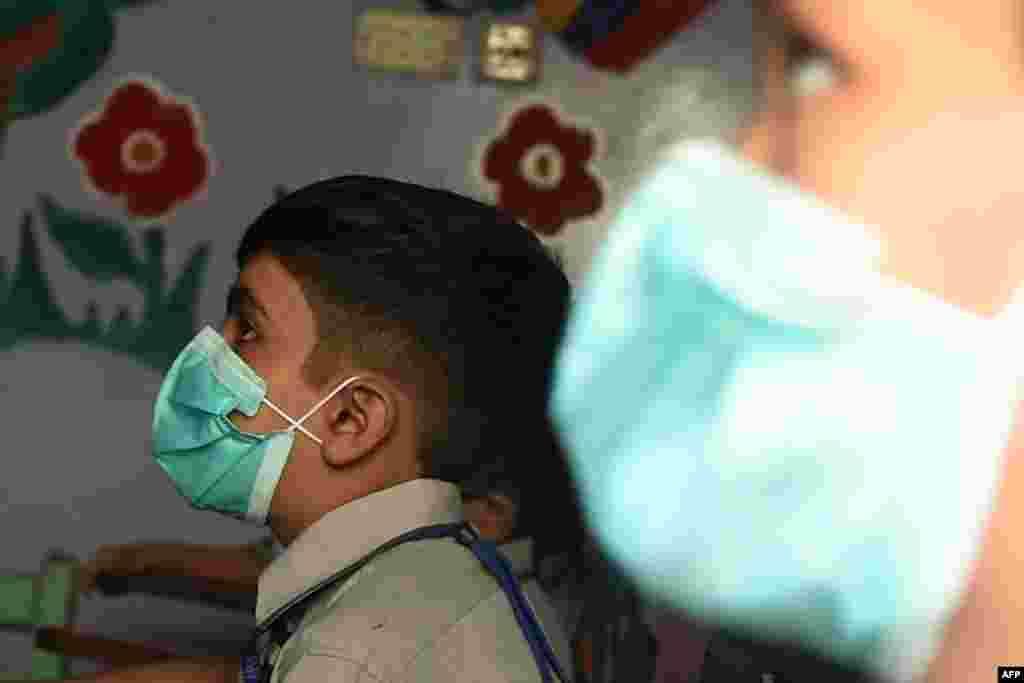 محکمۂ تعلیم کی جانب سے تمام اسکولوں کے لیے احتیاطی تدابیر پر عمل کرنے کی ہدایات جاری کر دی گئی ہیں۔ ان میں ماسک پہننا بھی شامل ہے۔ جن اسکولوں میں احتیاطی تدابیر پر عمل نہیں ہو گا ان کے خلاف کارروائی کی جائے گی۔