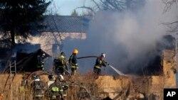 Petugas pemadam kebakaran berupaya memadamkan api yang menghanguskan sebuah rumah sakit psikiatri, Jumat pagi (26/4). Dilaporkan sedikitnya 38 orang tewas dalam insiden tersebut.