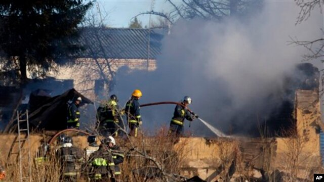 Petugas pemadam kebakaran berupaya memadamkan api yang menghanguskan