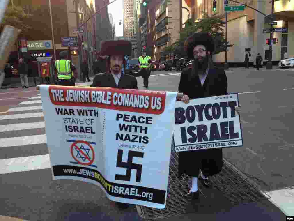 Manifestantes judios ortodoxos protestan contra el Estado israeli. [Foto: Ramon Taylor, VOA].