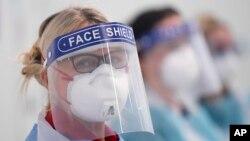 Các y tá mang mặt nạ bảo hộ cá nhân tại Bệnh viện Nightingale ở Manchester, Anh (ảnh chụp ngày 16/4/2020)