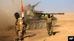 Para tentara milisi Syiah yang dikenal sebagai Satuan Mobilisasi Rakyat, PMF dalam pertempuran melawan ISIS di pinggiran Mosul (foto: dok).