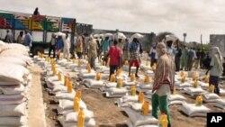 救援人员7月25日在摩加迪沙的一个粮食站为食品分发做准备