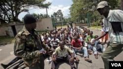 Kelompok pemuda pendukung Presiden Gbagbo menerima latihan militer di ibukota Abidjan (23/3).
