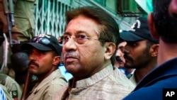 Dalam foto tertanggal 20/4/2013 ini, mantan presiden Pakistan Pervez Musharraf tiba di pengadilan di Islamabad, untuk menghadiri persidangannya atas tuduhan perannya dalam kematian seorang ustad radikal dalam pengepungan di sebuah mesjid garis keras di Islamabad tahun 2007.