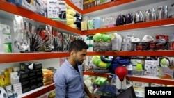 یکی از دکانداران کابل که کالا و امتعۀ فروشگاه اش را آنلاین به فروش می رساند
