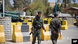 也門士兵守衛著已經暫時關閉的美國大使館