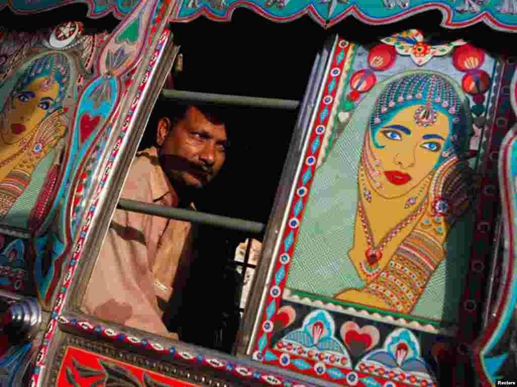 کراچی کی ڈبلیو گیارہ اپنی خوبصورتی اور سجاوٹ کے باعث دوسری تمام بسوں سے منفرد نظر آتی ہیں