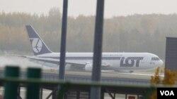 Pesawat maskapai LOT Polandia dari New Jersey saat menyentuh landasan di bandara Warsawa, Selasa (1/11).