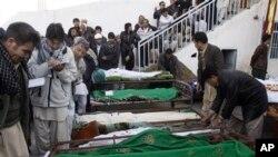 ຊາວປາກິສຖານ ພາກັນເບິ່ງ ຊາກສົບຂອງຜູ້ເສຍຊີວິດ ຈາກ ການວາງລະເບີດ ທີ່ເມືອງ Quetta ໃນວັນອາທິດຜ່ານມາ ທີ່ 17 ກຸມພາ 2013.