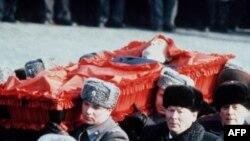 На похоронах Ю. Андропова 14 февраля 1984 года в Москве. К. Черненко в центре
