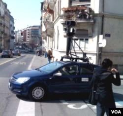 Mobil yang dilengkapi kamera milik Google tengah memotret jalan-jalan di Jenewa, Swiss.