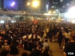 数万港人冒酷暑连续第三天示威 (美国之音海彦 拍摄)