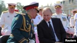 Putinលោកប្រធានាធិបតីរុស្ស៊ី Vladimir Putin និងលោករដ្ឋមន្ត្រីការពារជាតិ Sergei Shoigu ចូលរួមការដើរក្បួន Navy Day នៅក្នុងក្រុង St. Petersburg ប្រទេសរុស្ស៊ី កាលពីថ្ងៃទី២៩ ខែកក្កដា ឆ្នាំ២០១៨។