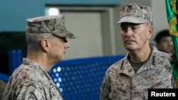 Đại tướng Mỹ Joseph Dunford (phải) ở Kabul, 10/2/2013