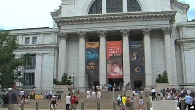 Tourists outside a Washington D.C. museum