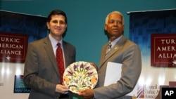Turkic American Alliance'ın Başkanı Faruk Taban, Georgia Eyaleti milletvekili Hank Johnson ile