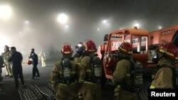 12 Temmuz 2020 - San Diego'da savaş gemisinde çıkan yangını söndürmek için gelen ekipler