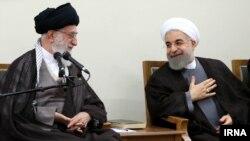 حسن روحانی رئیس جمهوری (راست) و آیت الله علی خامنه ای رهبر جمهوری اسلامی ایران