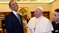 El presidente Barack Obama y el papa Francisco intercambian presentes en el Vaticano, en su encuentro de este jueves.