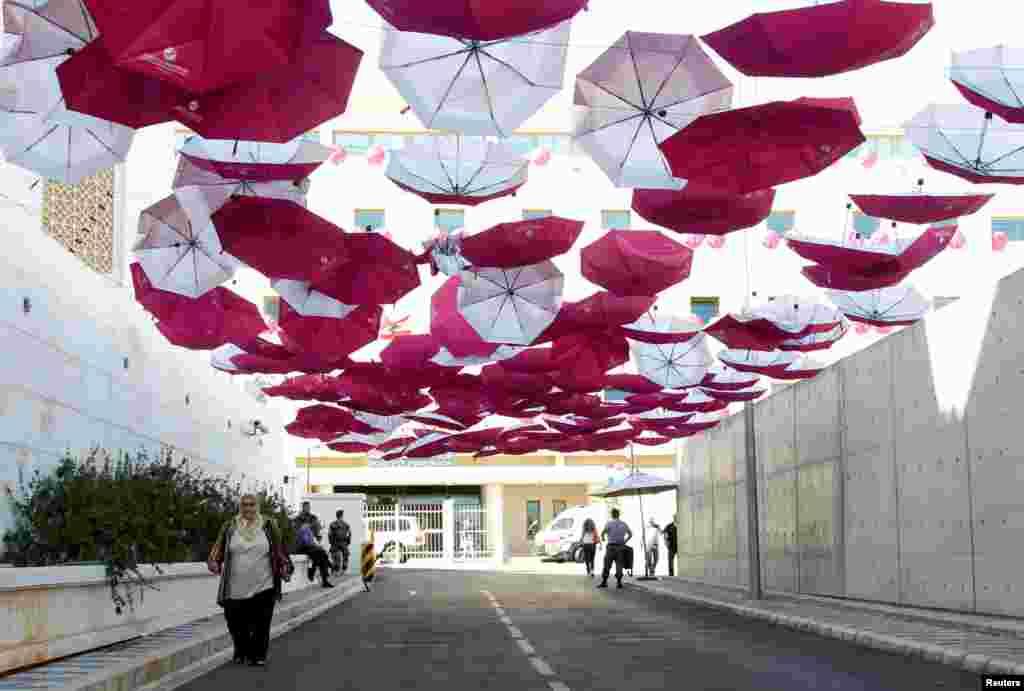 چترهای قرمز کمپین جلوگیری از سرطان سینه در بیروت لبنان.