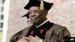 B.B. King saat menerima penghargaan doktor kehormatan dari Brown University di Providence, Rhode Island, AS. (Foto: Dok)