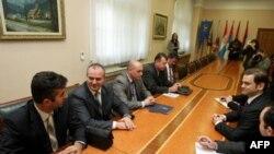 Šef pregovaračkog tima Vlade Srbije za dijalog s Prištinom Borislav Stefanović razgovara sa predstavnicima kosovskih Srba u vladi Srbije.