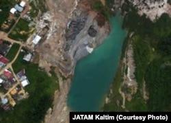Foto udara lubang bekas tambang yang dekat dengan pemukiman warga Samarinda (courtesy: JATAM Kaltim)